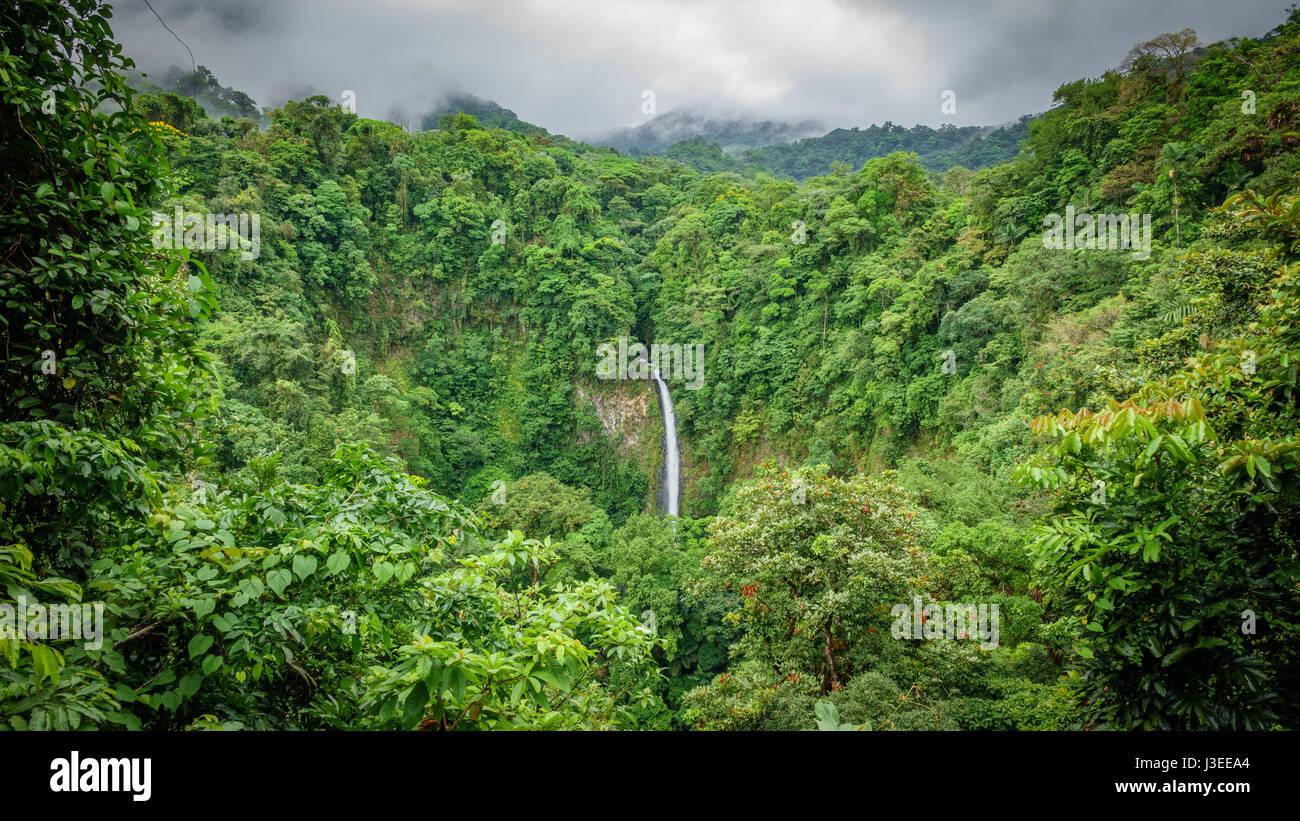 Ampio angolo di visione di La Fortuna de San Carlos cascata in Arenal Volcano National Park, Costa Rica Immagini Stock