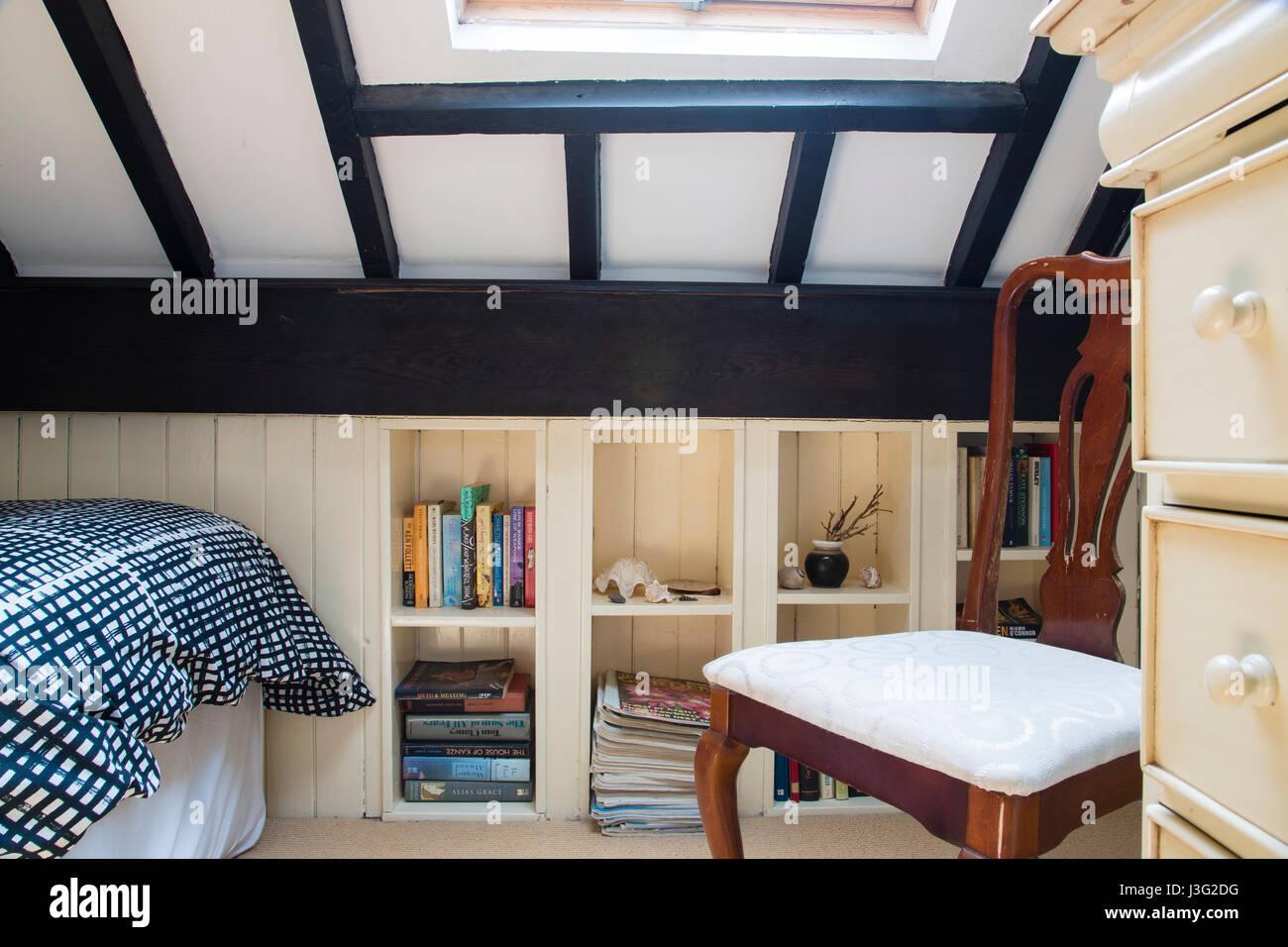 Piccolo spazio mansarda con camera da letto costruito nella libreria ...