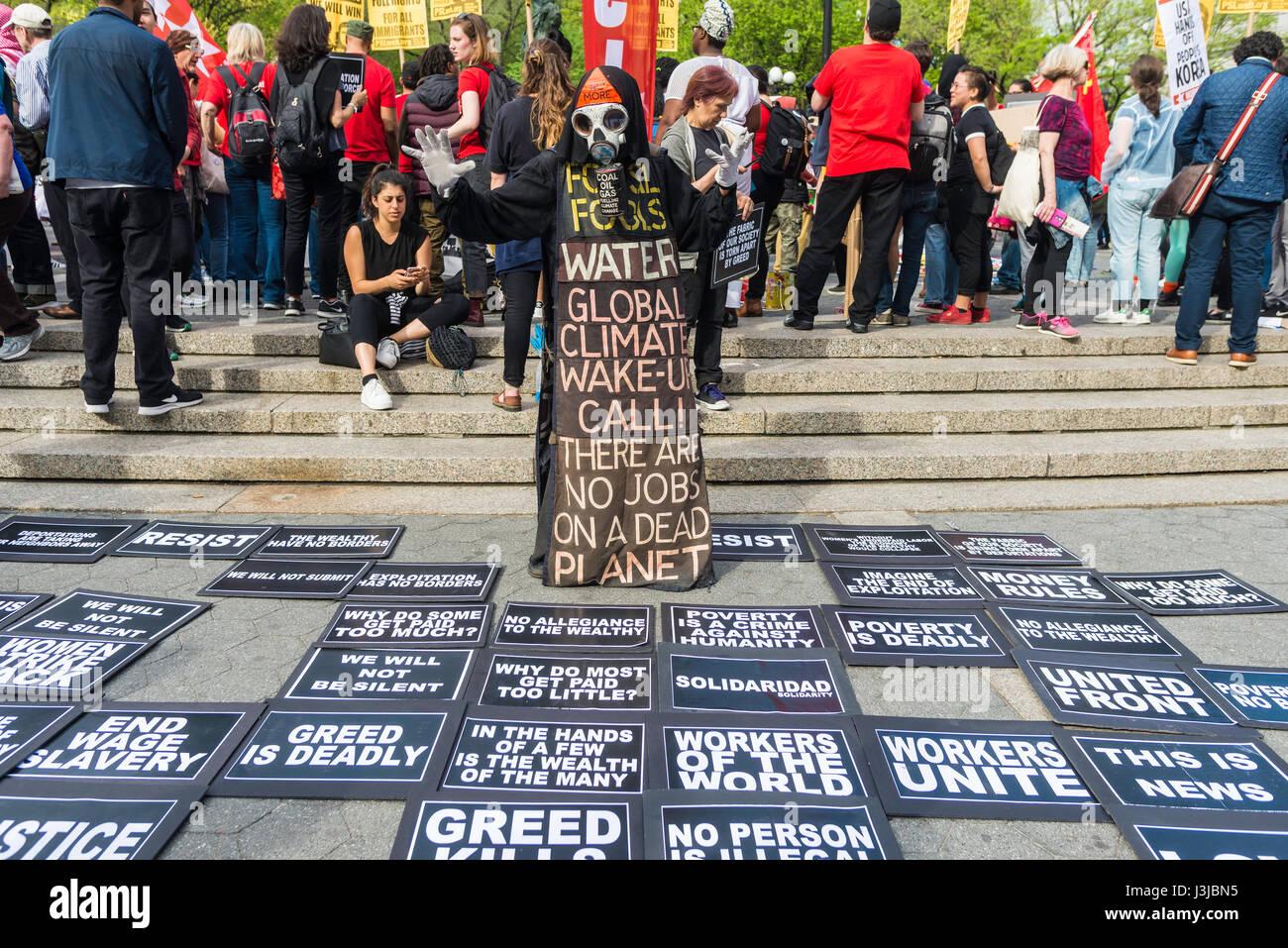New York, NY, 1 maggio 2017 - Un tossico presagio di morte, Grim Reaper, si affaccia su varie richieste e problemi Immagini Stock