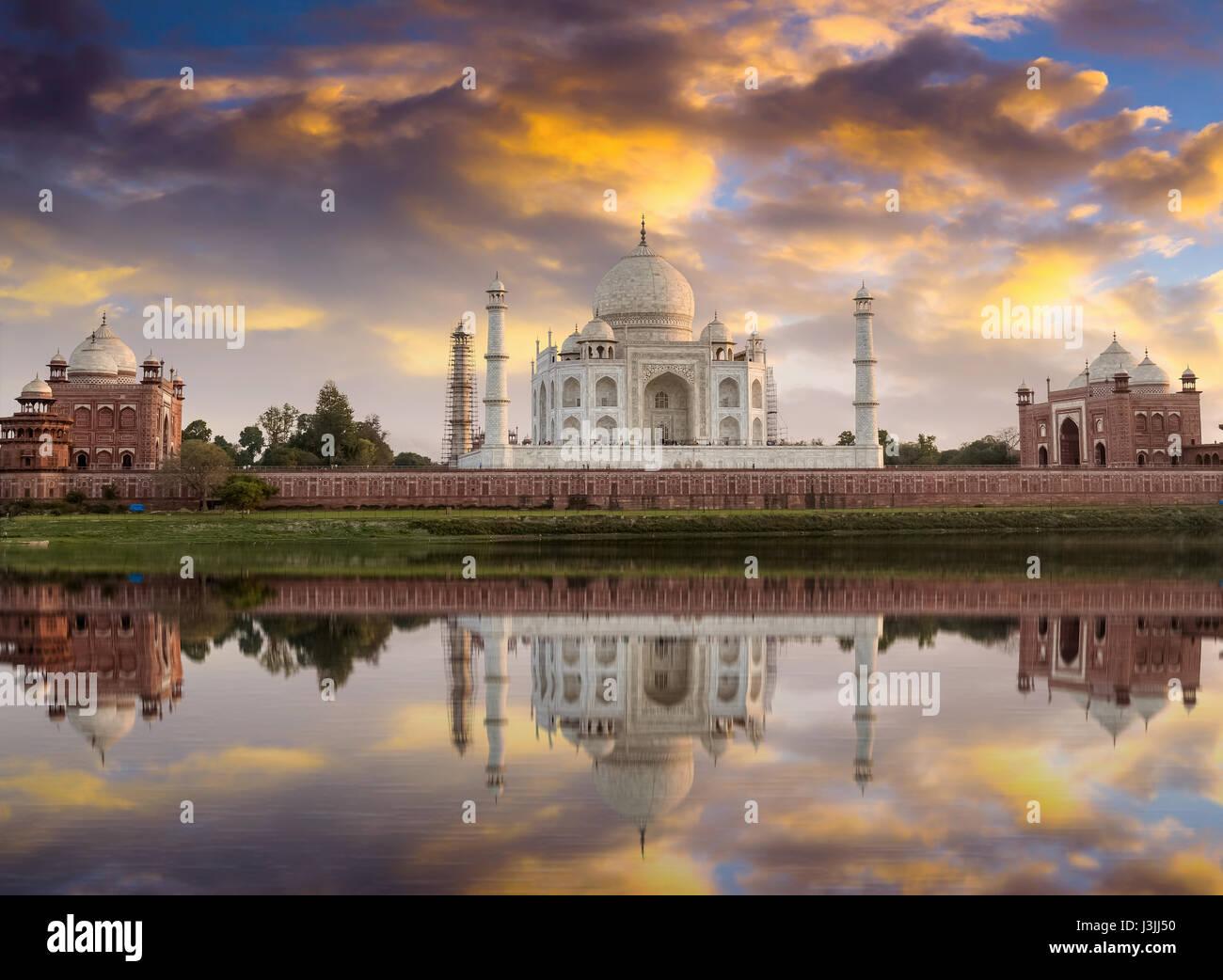 Taj Mahal vista al tramonto dalle rive del fiume Yamuna. Taj Mahal è un marmo bianco mausoleo designato come Immagini Stock