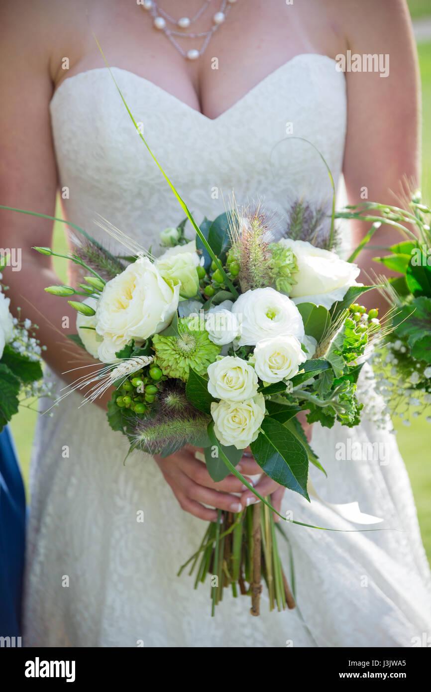 Bouquet Sposa Bianco E Verde.Sposa Tenendo Il Suo Bouquet Di Bianco E Verde Di Fiori In Un