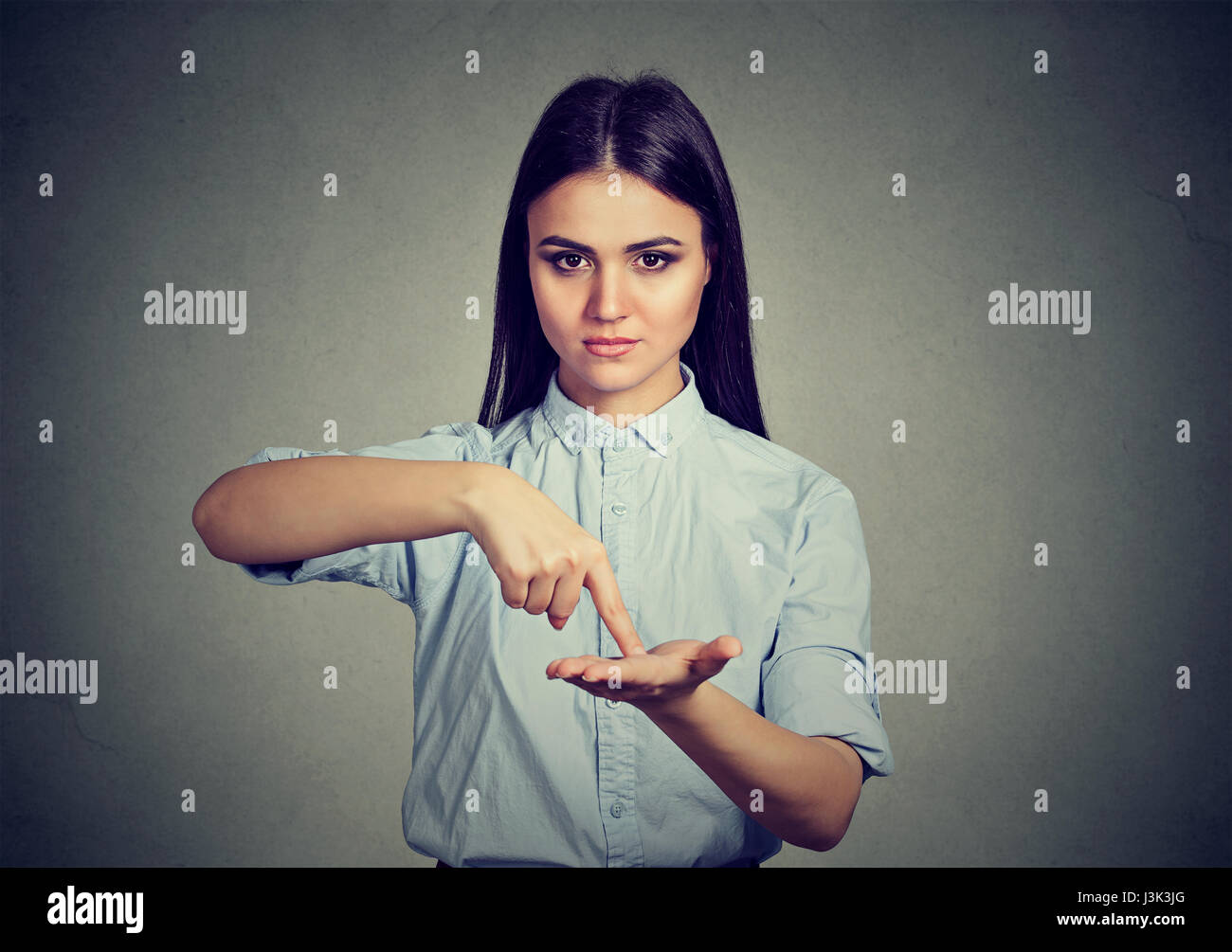 La donna chiede più soldi, di ripagare il debito isolato su sfondo grigio Immagini Stock