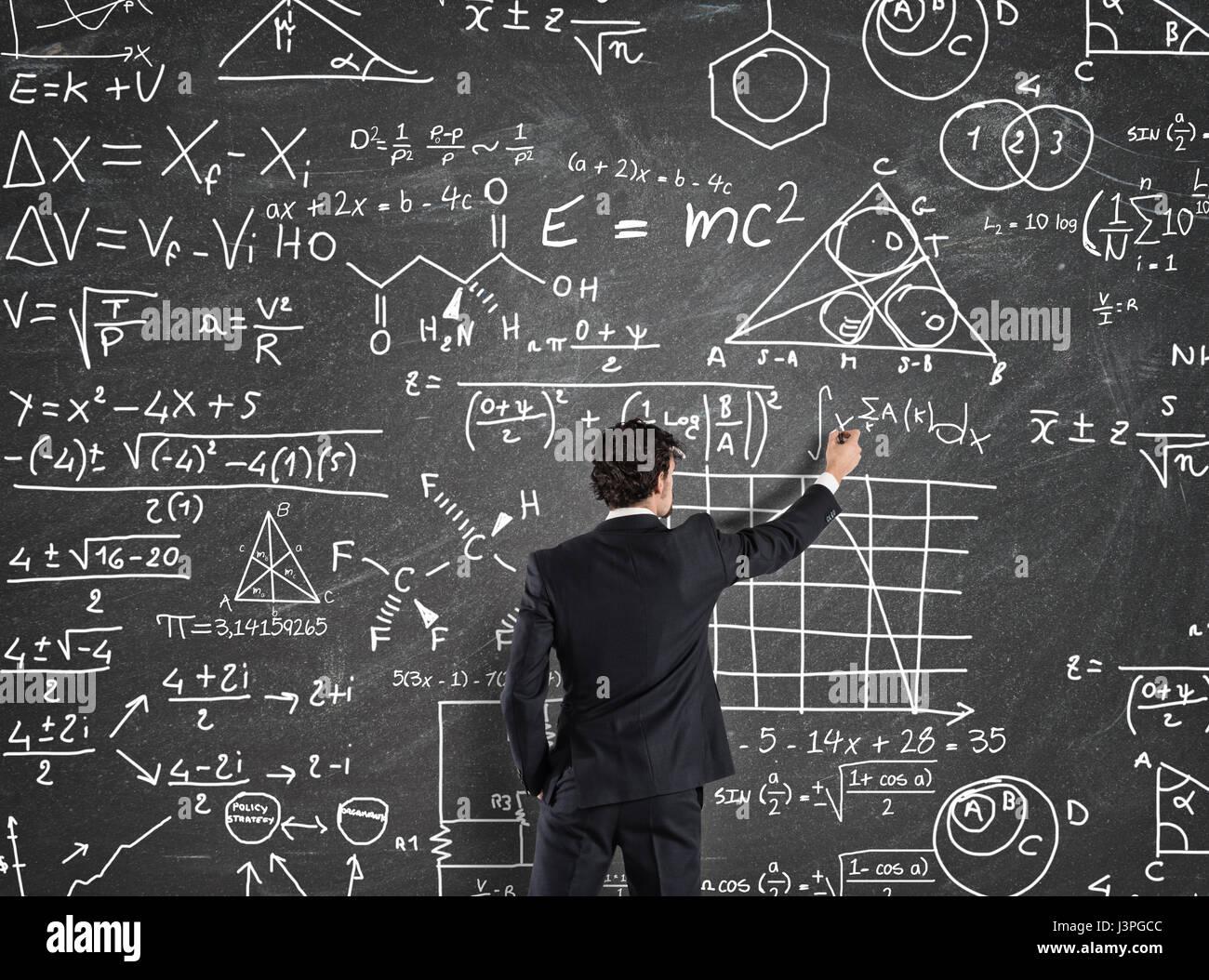 Imprenditore a risolvere i problemi con i calcoli matematici Immagini Stock