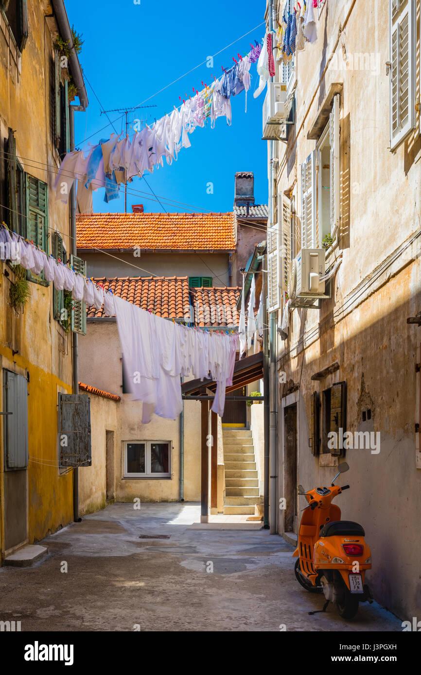 Vicolo in Zadar, Croazia. Zadar è la quinta città più grande della Croazia situata sul Mare Adriatico. Immagini Stock