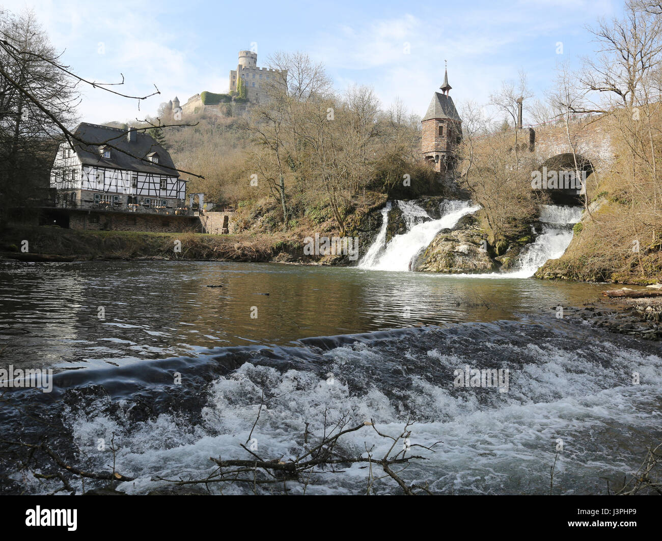 Elzbach Wasserfall, Germania, Eifel, Cascata Elzbach e il castello di Pyrmont Renania Palatinato Foto Stock