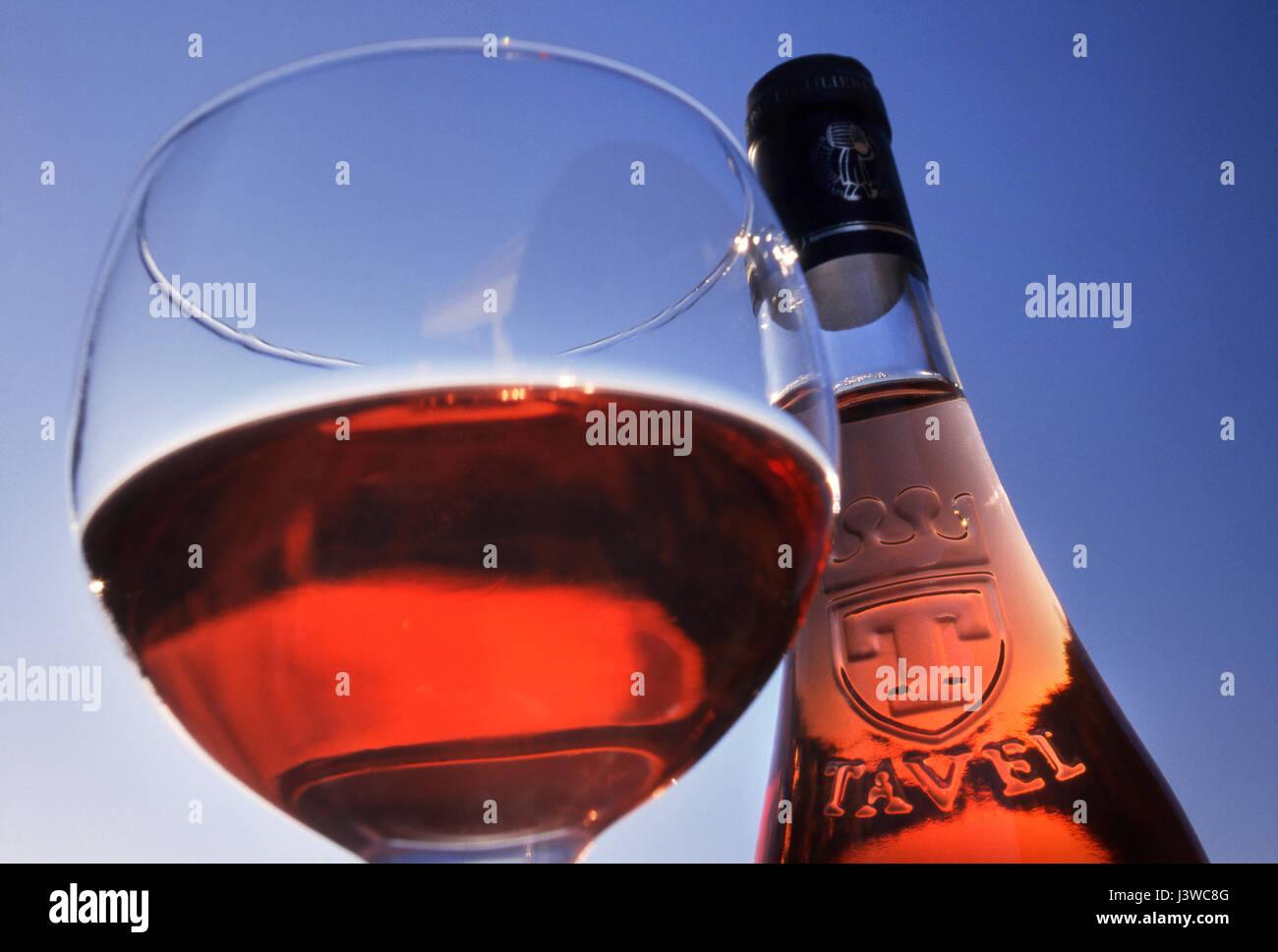 TAVEL ROSÉ bottiglia e bicchiere di Tavel rosé vino fuori alfresco contro puro blu cielo soleggiato Gard, Immagini Stock