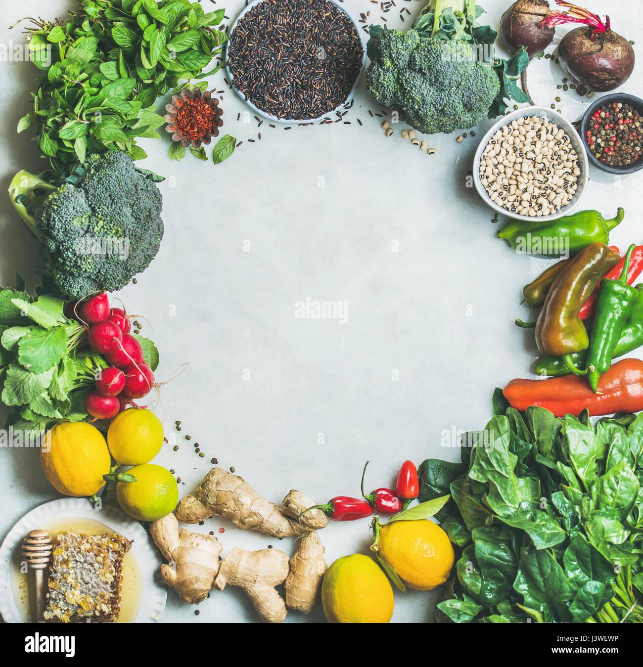 Pulire il mangiar sano di cottura Ingredienti su marmo grigio sfondo Immagini Stock