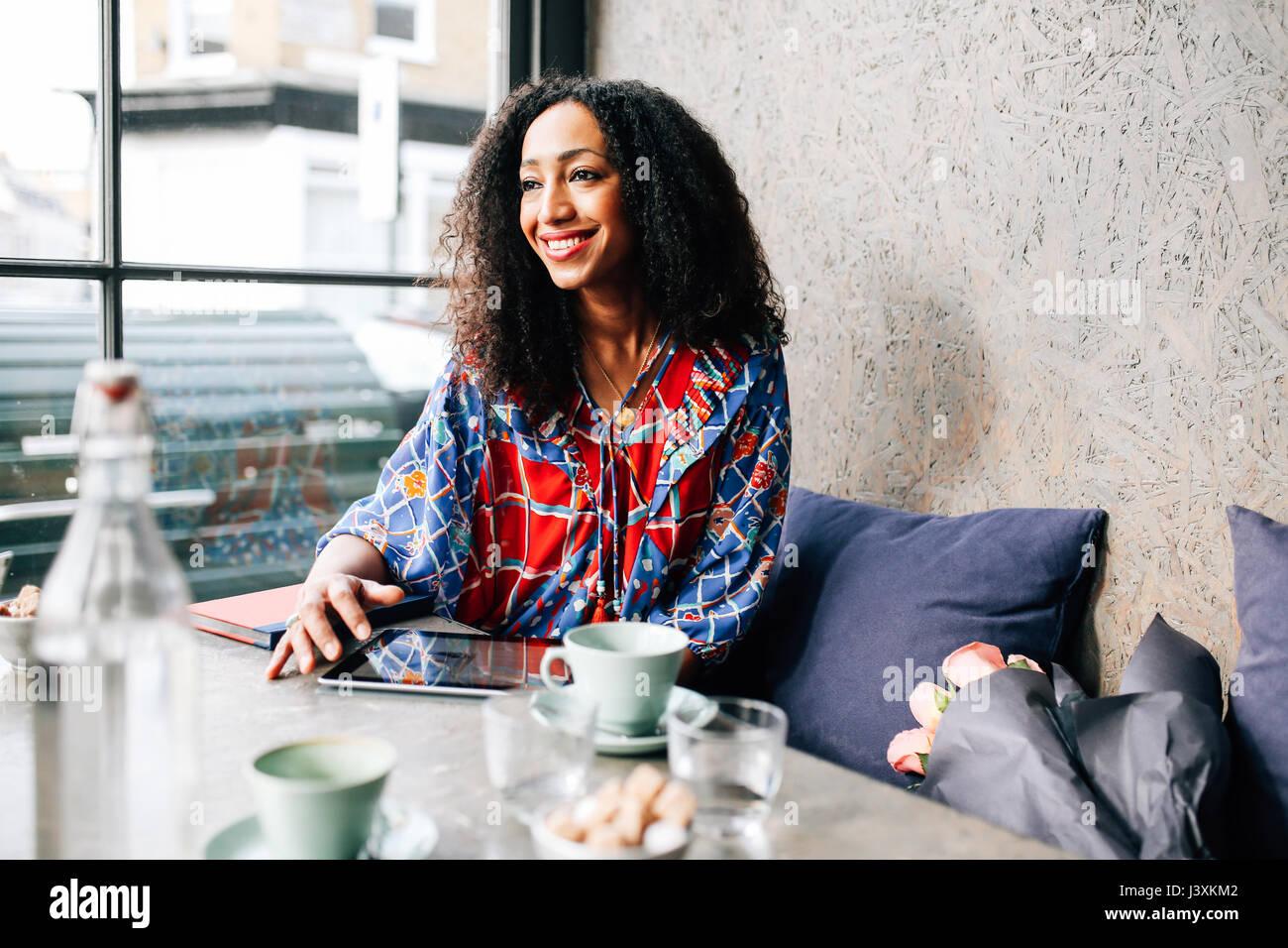 Metà donna adulta sulla finestra cafe sede Immagini Stock