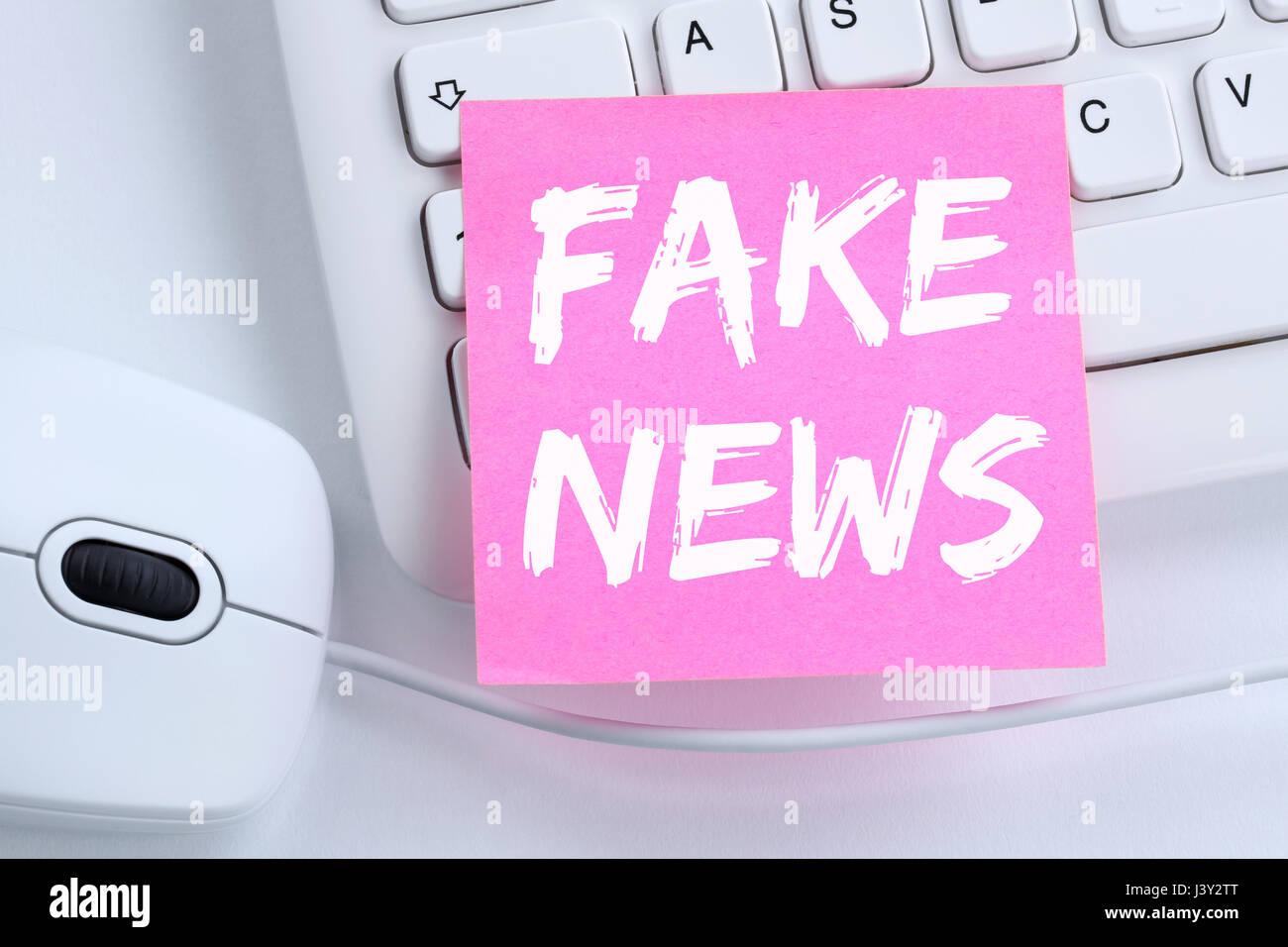 Notizie false verità giacciono media internet online ufficio concetto computer Immagini Stock