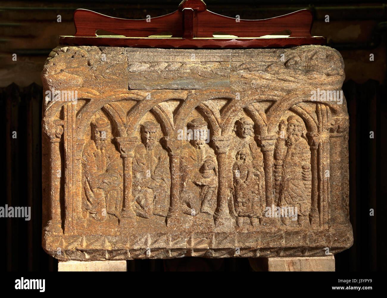 Sculthorpe chiesa, normanni del XII secolo Font, Adorazione dei Magi, sculture in pietra in incastro archi romanici, Immagini Stock