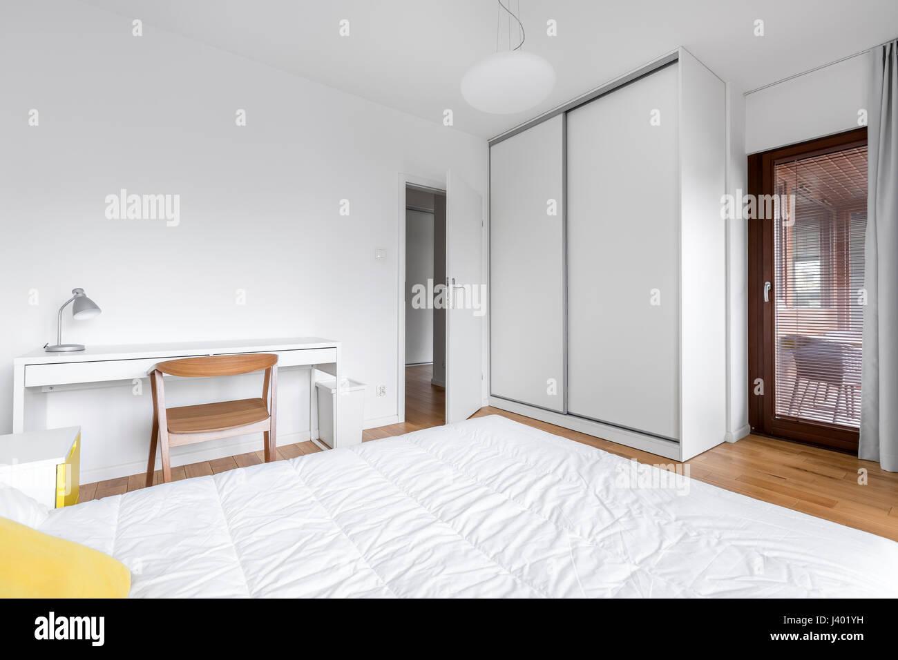 Camera da letto bianca con un grande armadio e scrivania Foto ...