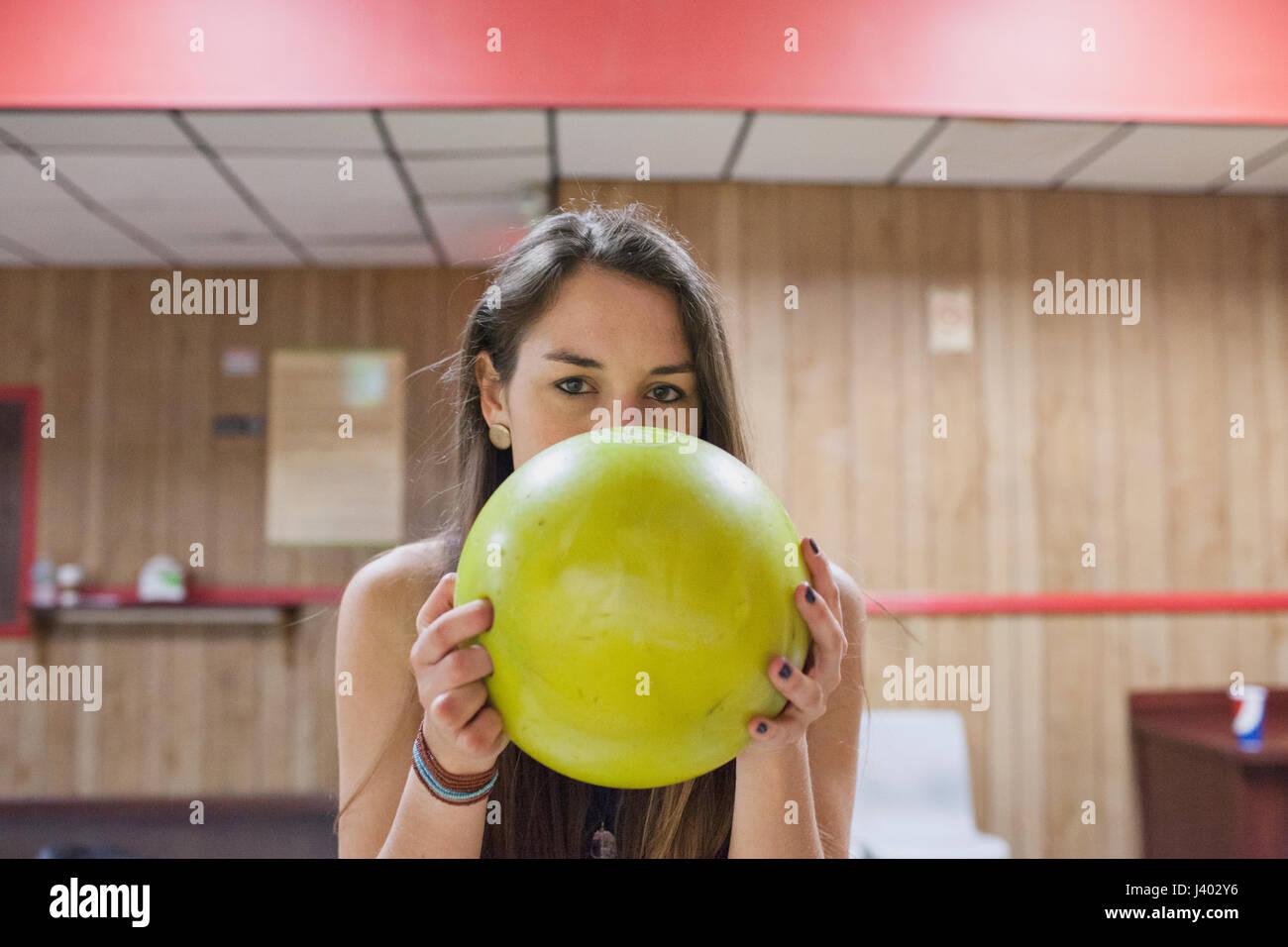Una giovane donna con un giallo palla da bowling. Immagini Stock
