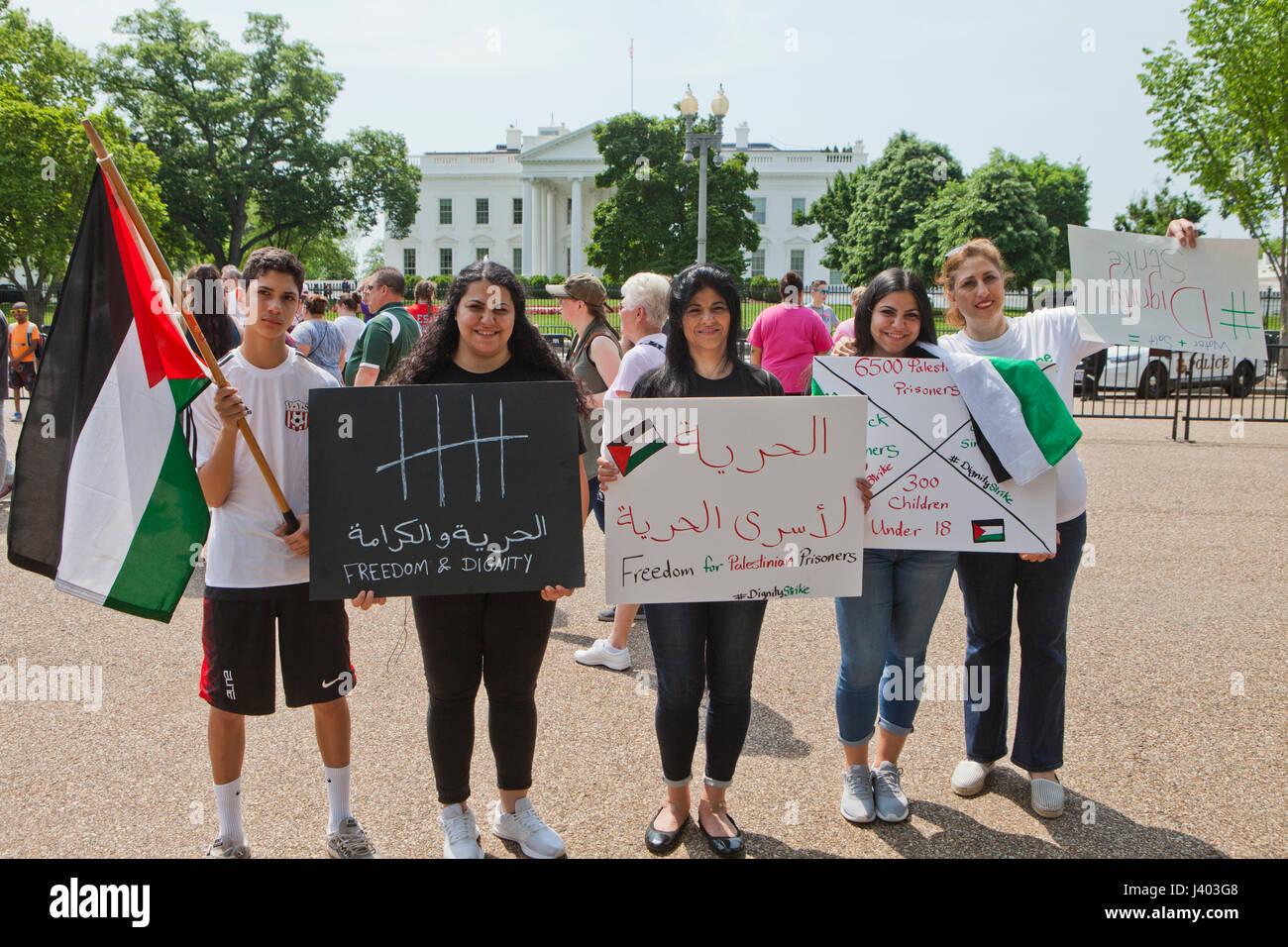 """Palestinian-Americans hold 'libertà e dignità"""" segni a sostegno della Palestina scioperanti della fame - USA Foto Stock"""