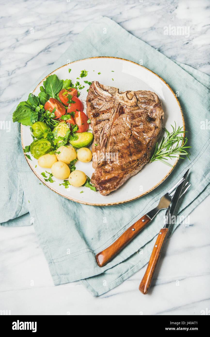 Manzo cotto tbone bistecca con verdure e rosmarino Immagini Stock