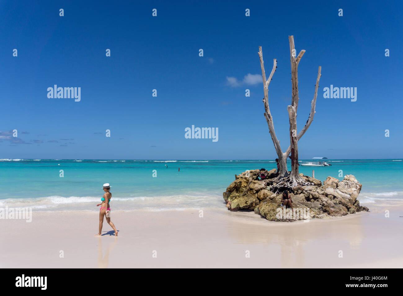 Donna con cappello, Palm Beach, Playa Bavaro, Punta Cana, Repubblica Dominicana, dei Caraibi Immagini Stock