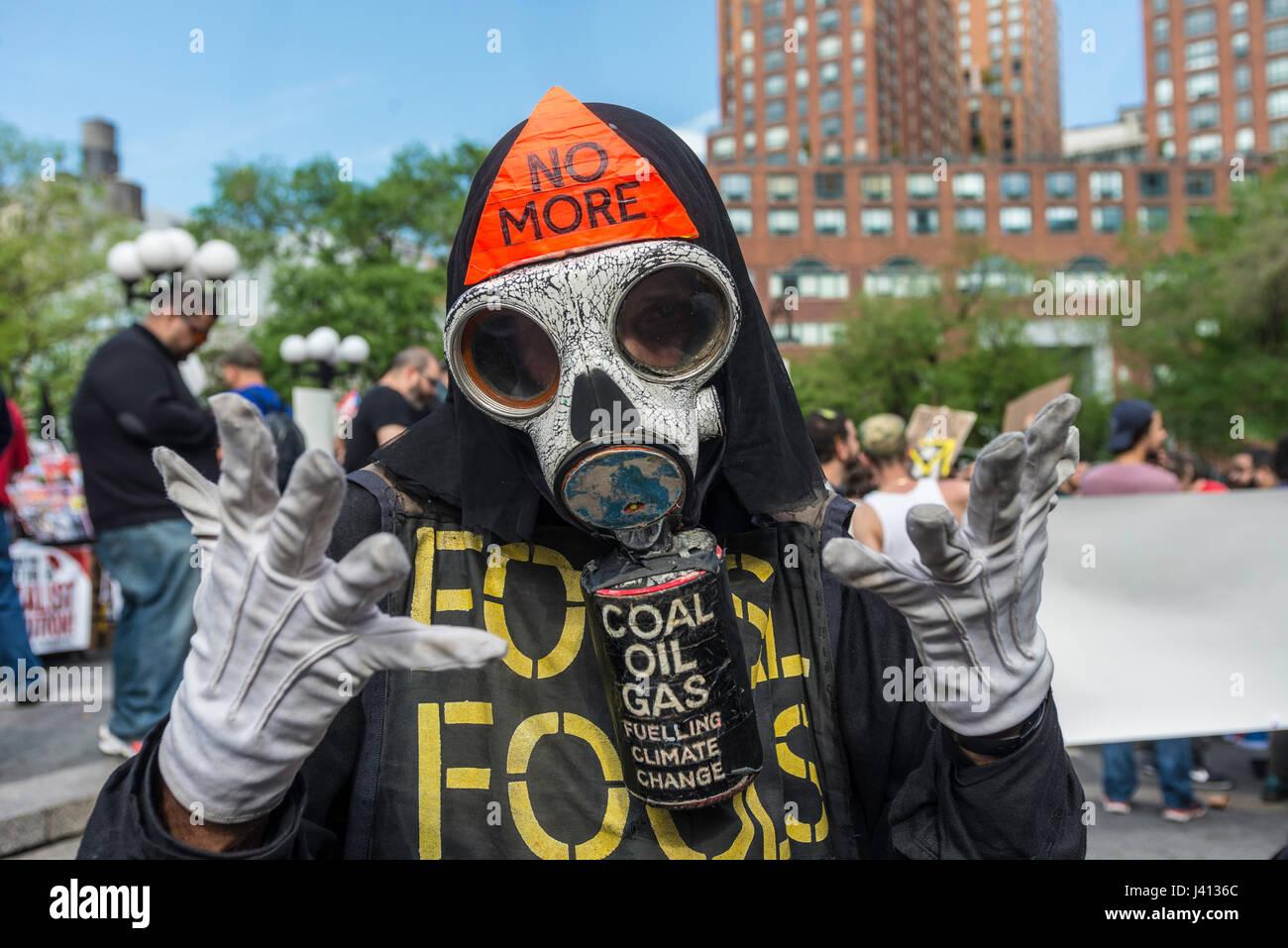 New York, NY, 1 maggio 2017 - giorno di maggio protester vestito come Grim Reaper in un giorno di maggio rally per Immagini Stock