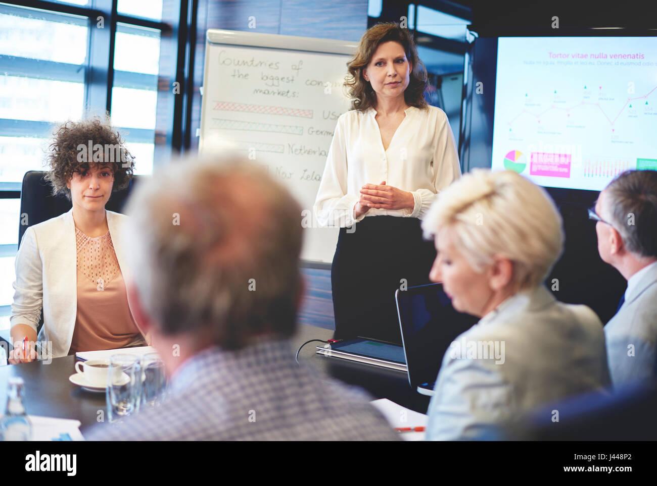 Leader femmina avente presentazione aziendale Immagini Stock