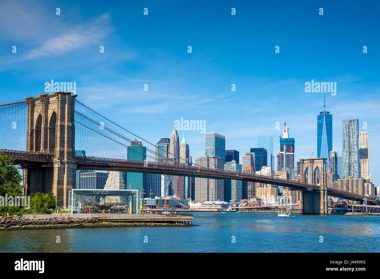 Luminoso panoramico vista Diurna del Ponte di Brooklyn con la parte inferiore della skyline di Manhattan in tutta Foto Stock