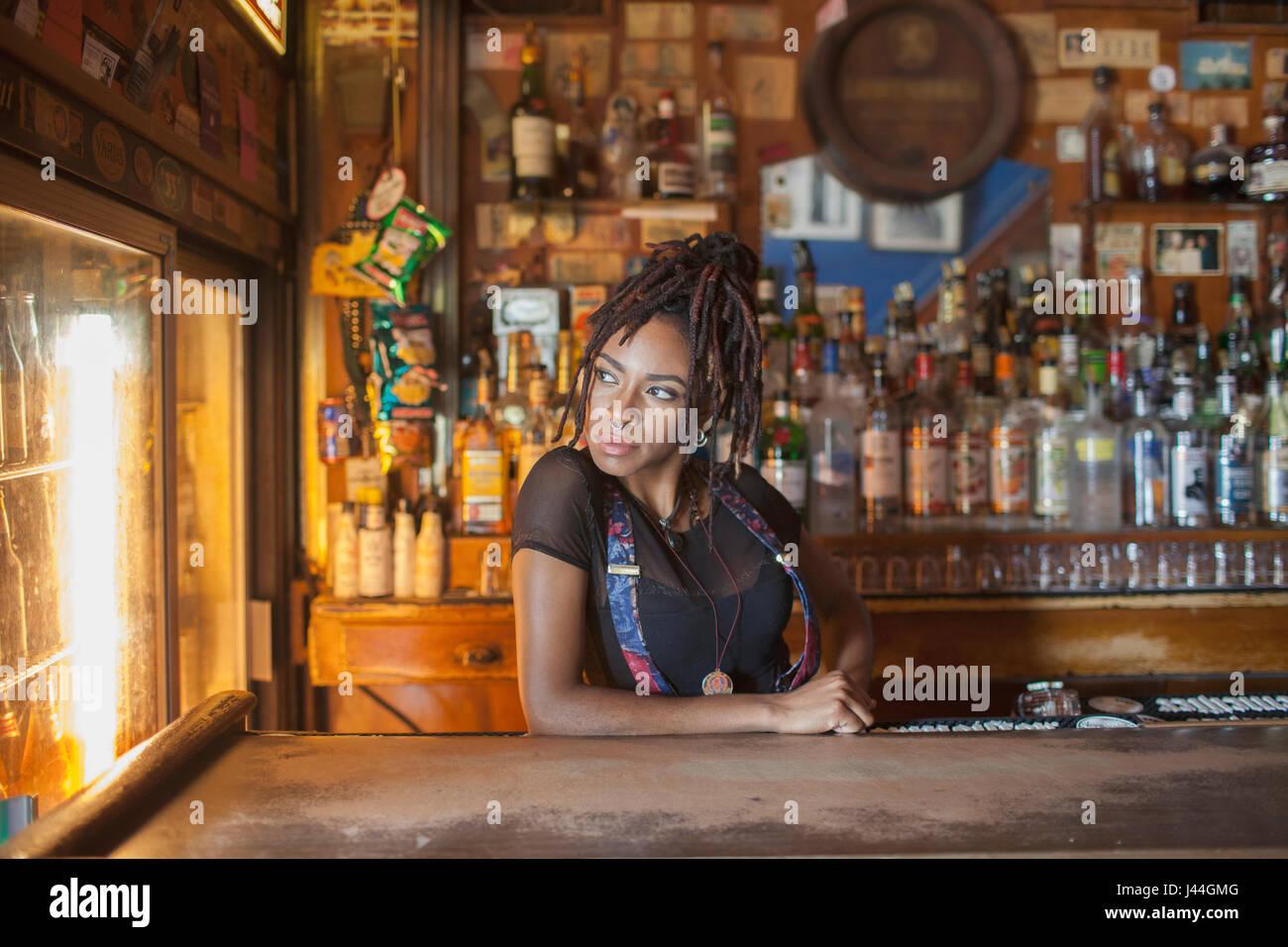Una giovane donna in un bar. Immagini Stock