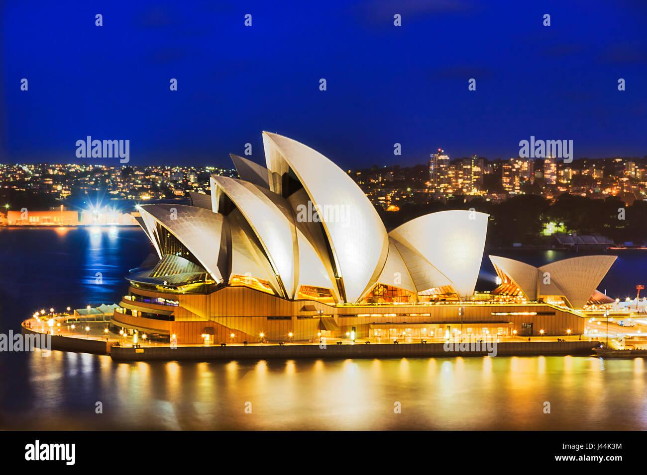 Sydney, Australia - 21 Febbraio 2016: Sydney Opera House iconico buiilding con illuminazione brillante come si vede Immagini Stock