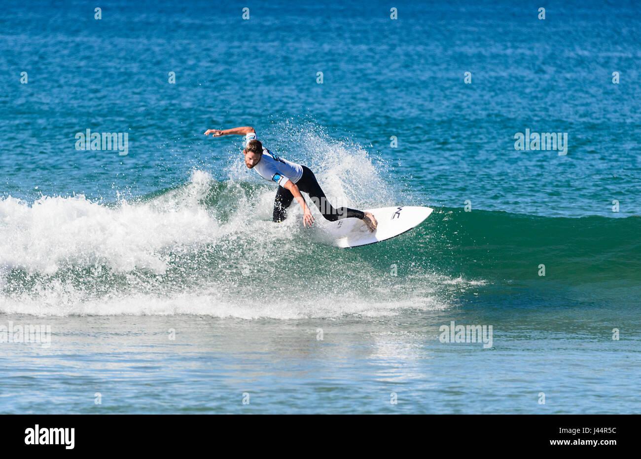 Giovane maschio competere nel Werri Slash gara di surf, Gerringong, Nuovo Galles del Sud, NSW, Australia Immagini Stock