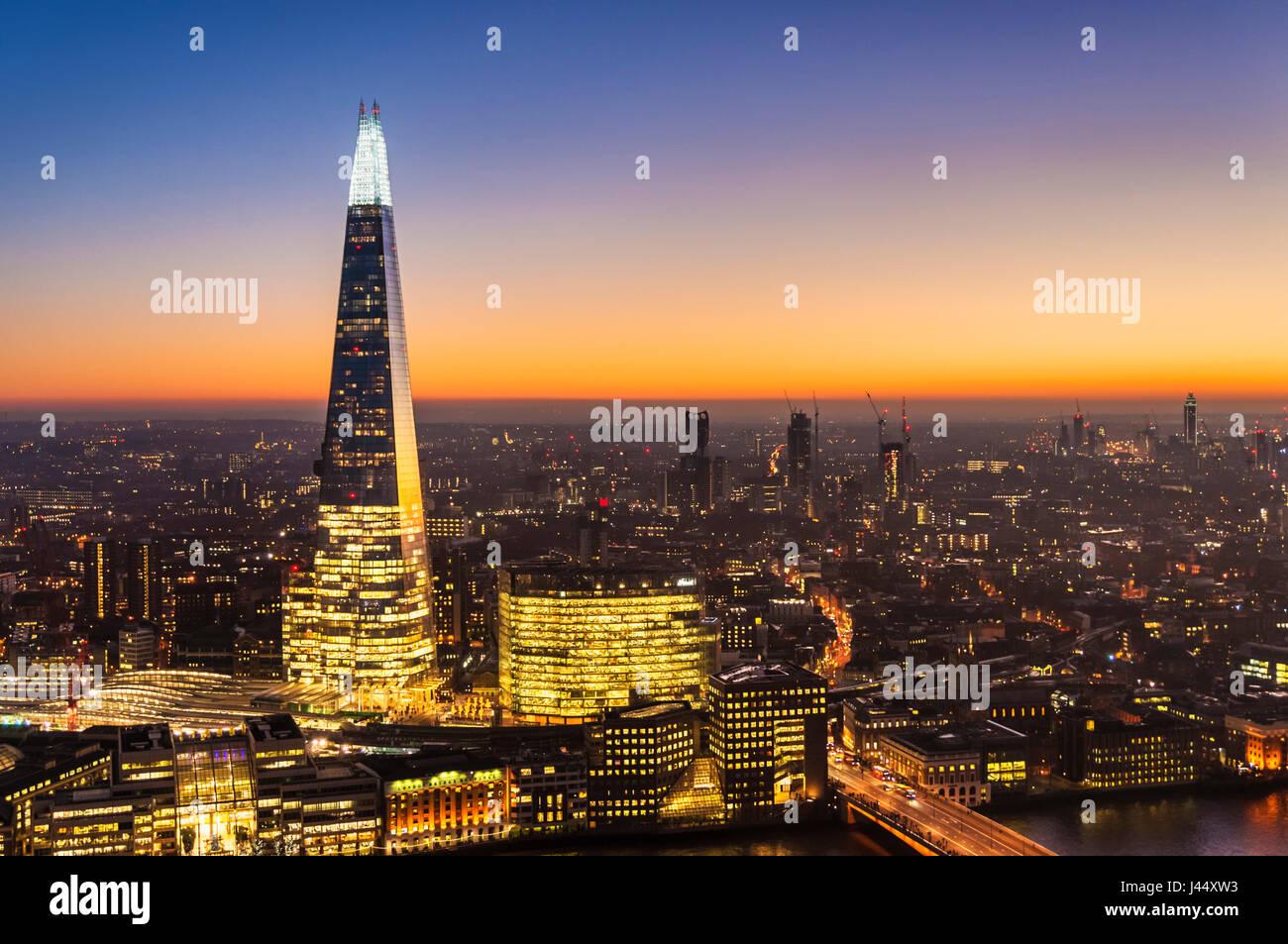 Lo skyline di Londra shard london notte La shard Londra di notte Cielo di tramonto sullo skyline di Londra notte Immagini Stock
