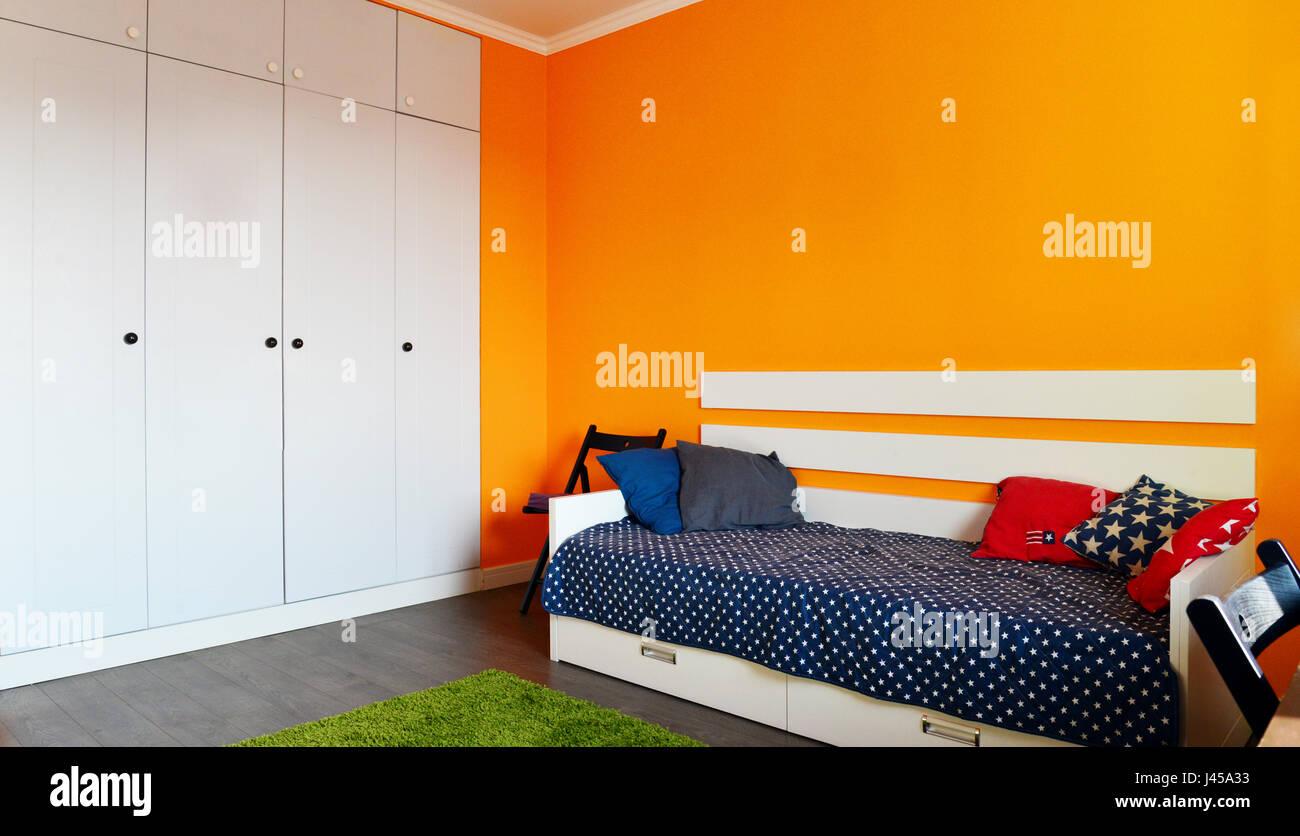 Camera da letto per bambini in arancione e blu con due letti ...