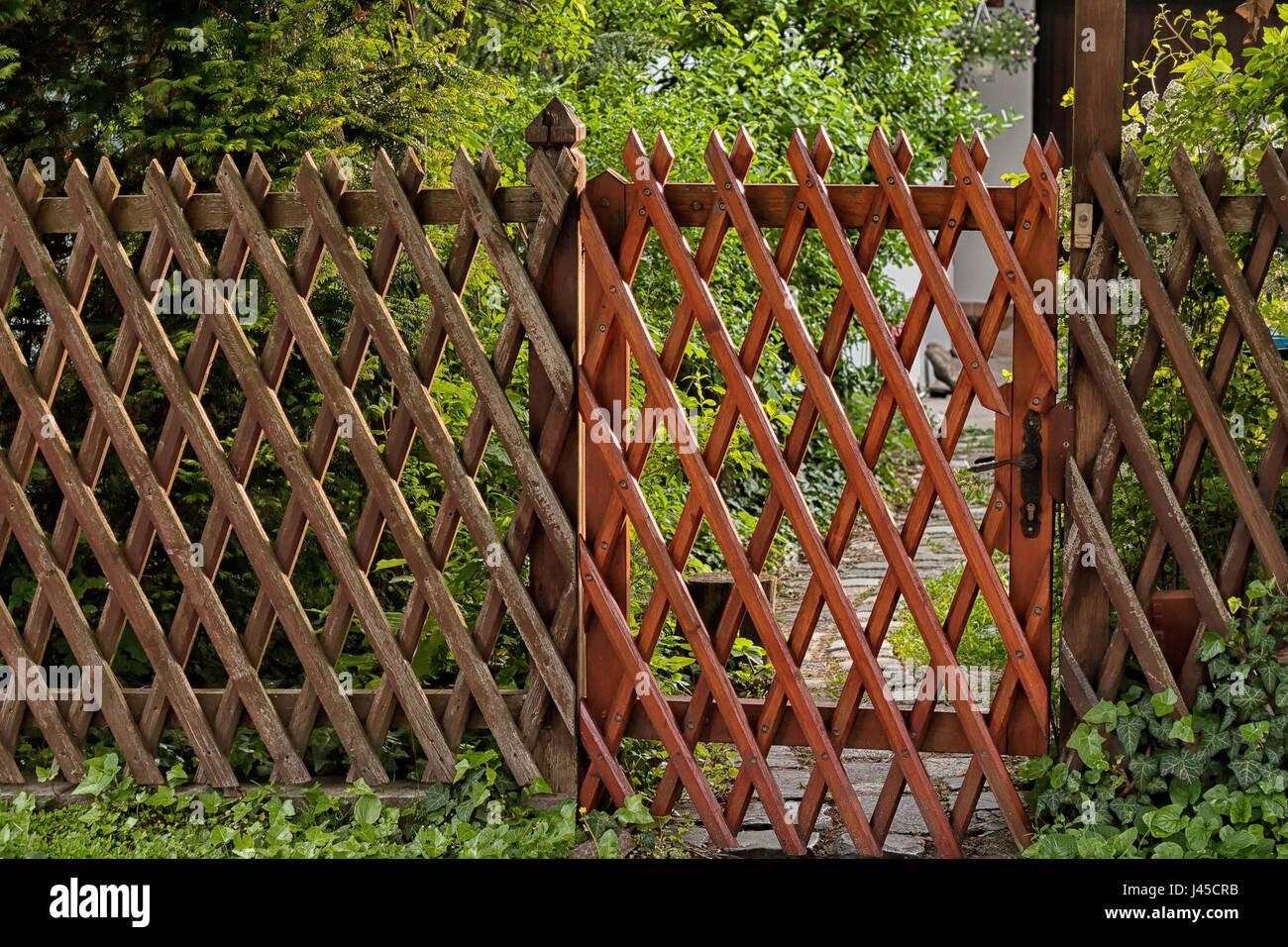 Traliccio in legno recinzione a griglia giardino entrata - Nascondere griglia giardino ...
