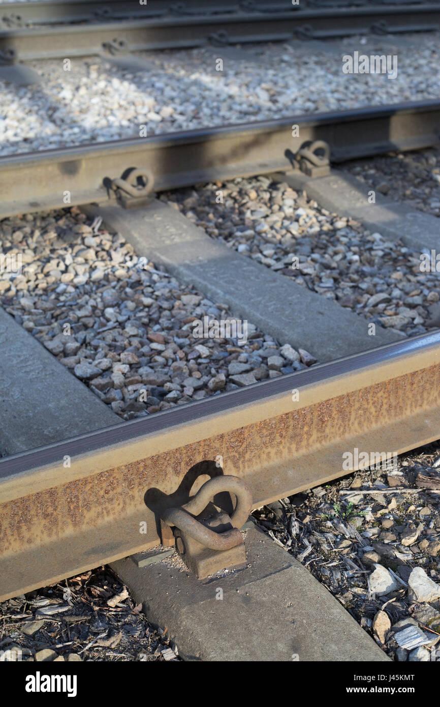 Pandrol clip, parte della ferrovia sistema di fissaggio sul Calgary C binari del treno Immagini Stock