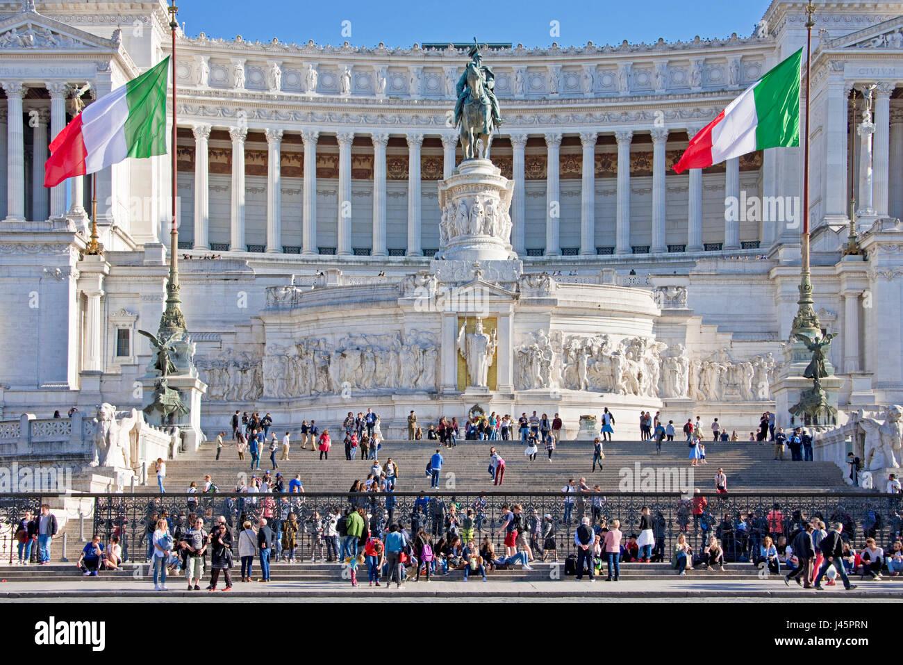 Altare della Patria o il Monumento Nazionale Di Roma Roma con la folla di turisti in una giornata di sole con cielo Immagini Stock