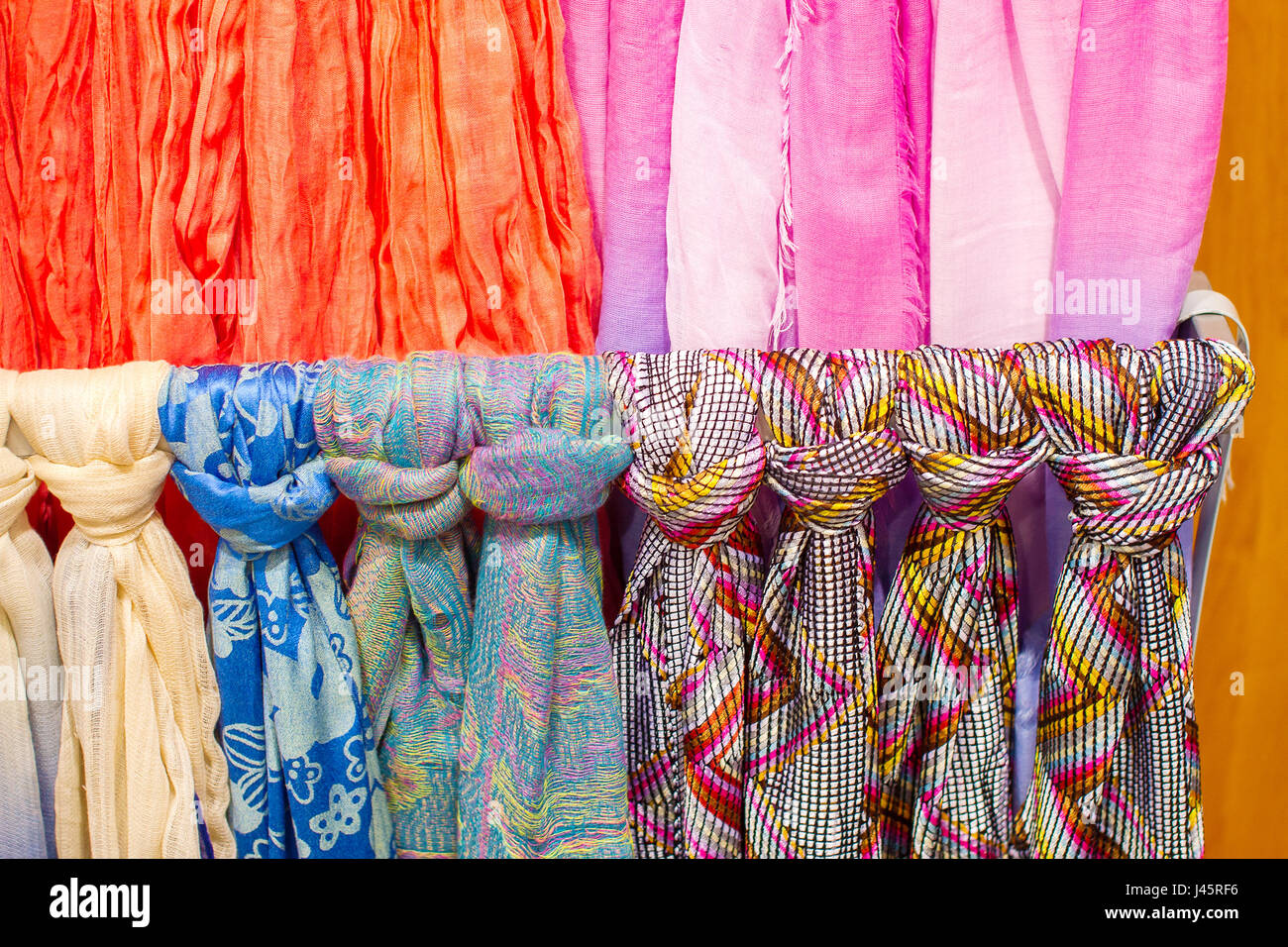 Come Appendere Un Foulard foulard colorati immagini & foulard colorati fotos stock - alamy