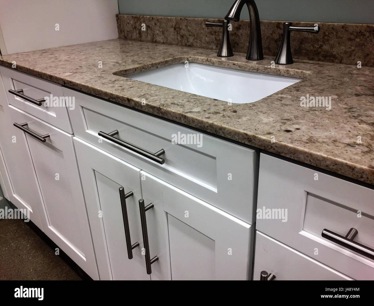 Cucina armadi bianco con top in granito con lavello e ...