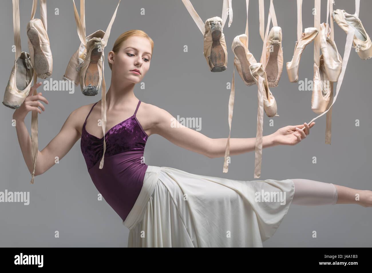La bionda ballerina e pointe shoes Immagini Stock