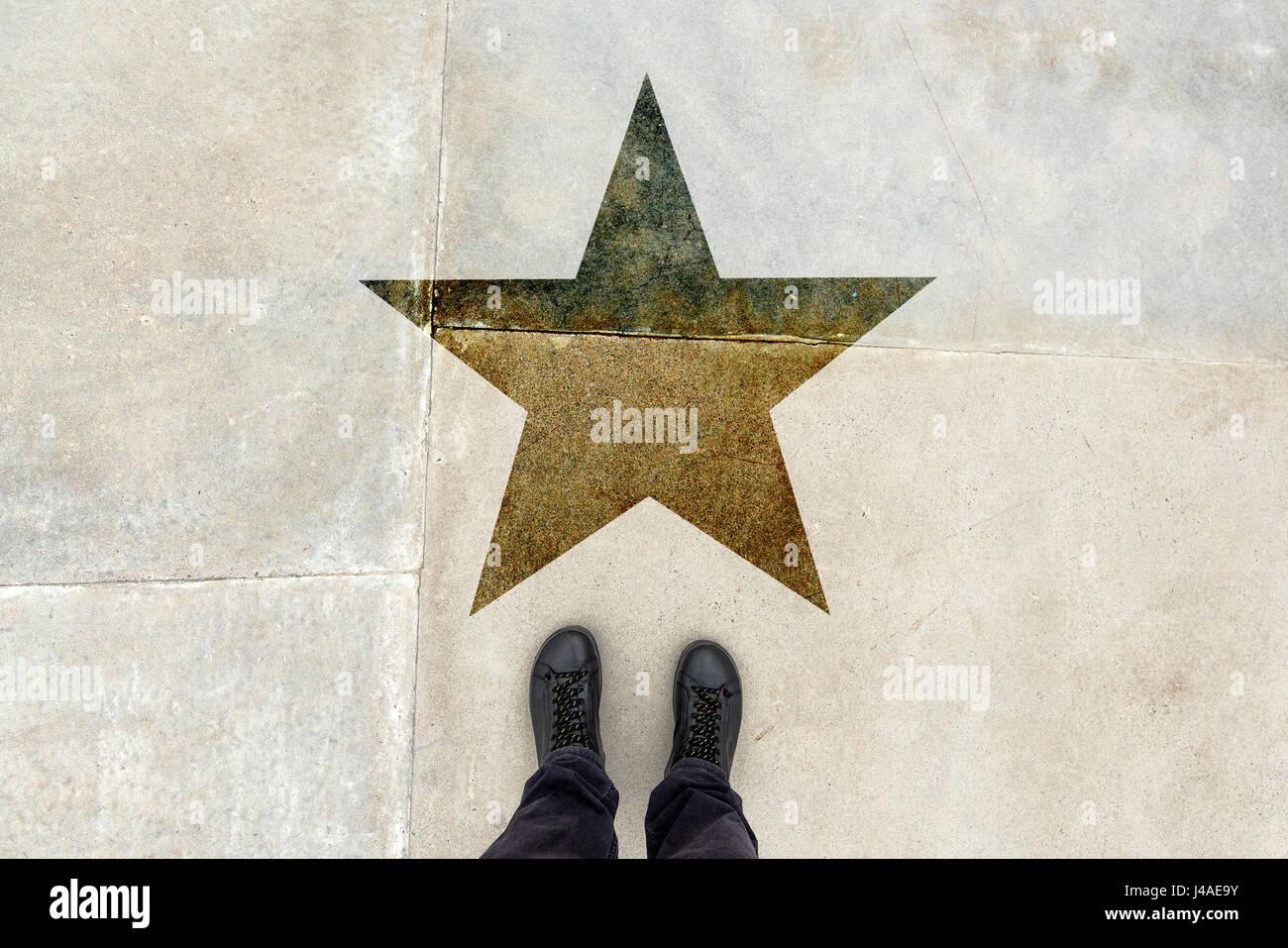 Giovane talento uomo sulla strada con forma a stella imprint - talento, abilità persona di talento, vip, premio Immagini Stock