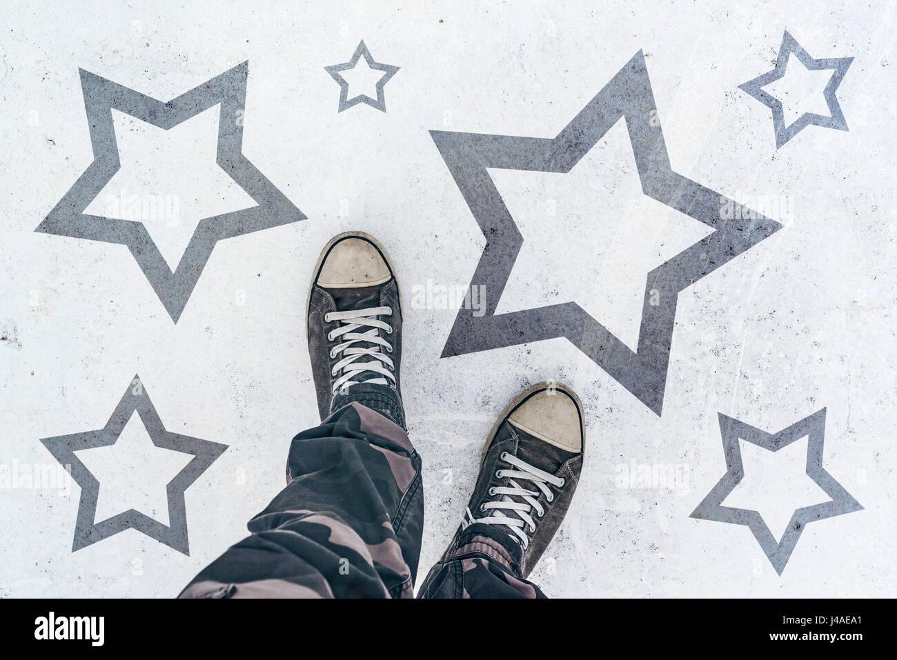 Sneakers sulla strada con forma a stella imprint - talento, vip, premio e concetto di aggiudicazione Immagini Stock