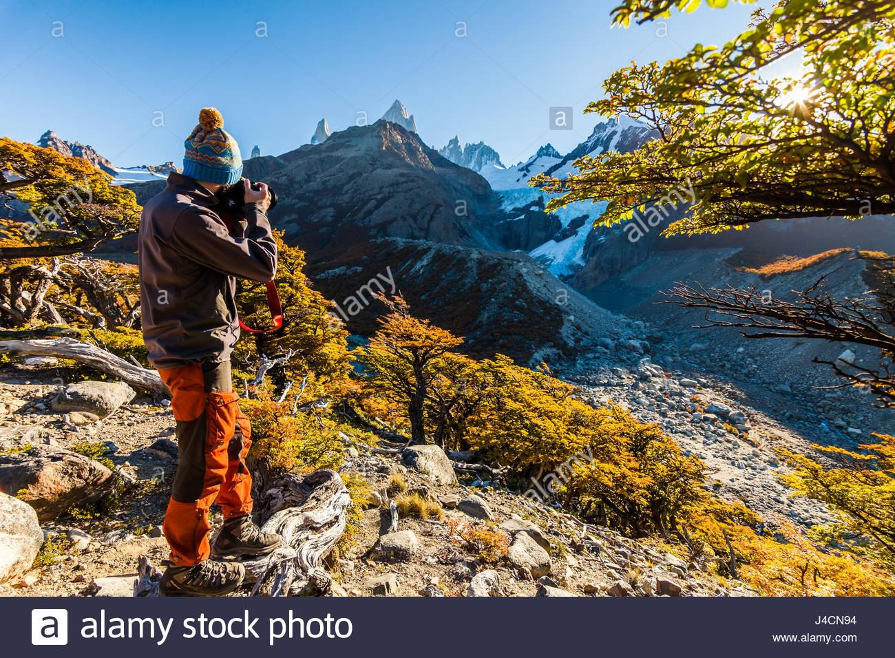 Barbuto uomo turistico sullo sfondo di un paesaggio di montagna Immagini Stock
