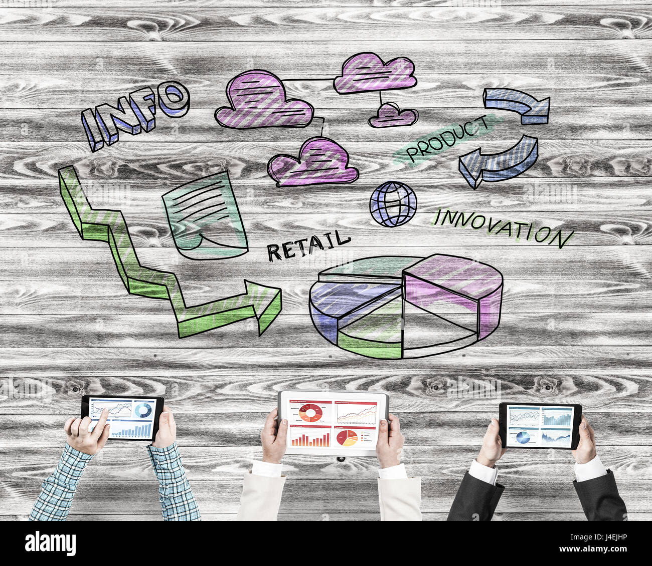 Vista superiore del businessman seduta a tavola e l'utilizzo dei gadget Immagini Stock