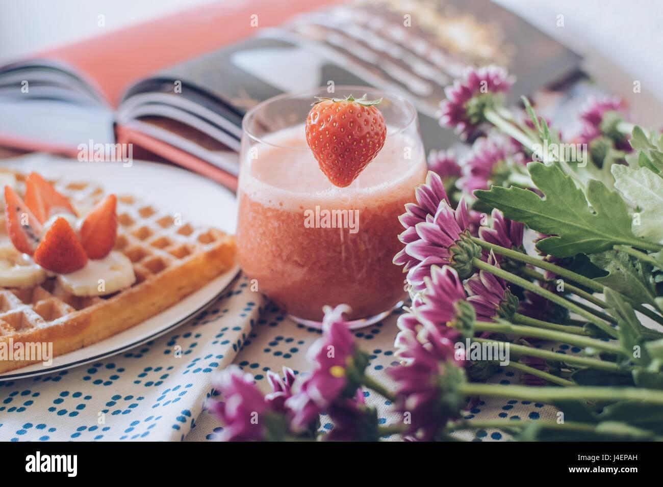La colazione variazioni. Le cialde con il frullato fragole. Immagini Stock