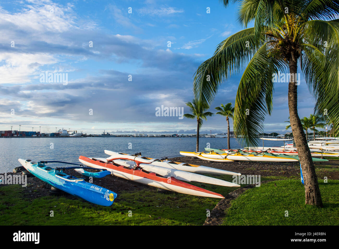 Molte Canoe sulla spiaggia del Papeete, Tahiti, Isole della Società, Polinesia francese, Pacific Immagini Stock