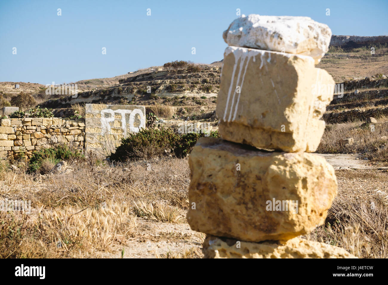 Dipinto di segno che indica presumibilmente un terreno privato a Malta e Gozo. RTO dipinto in bianco su un edificio Immagini Stock