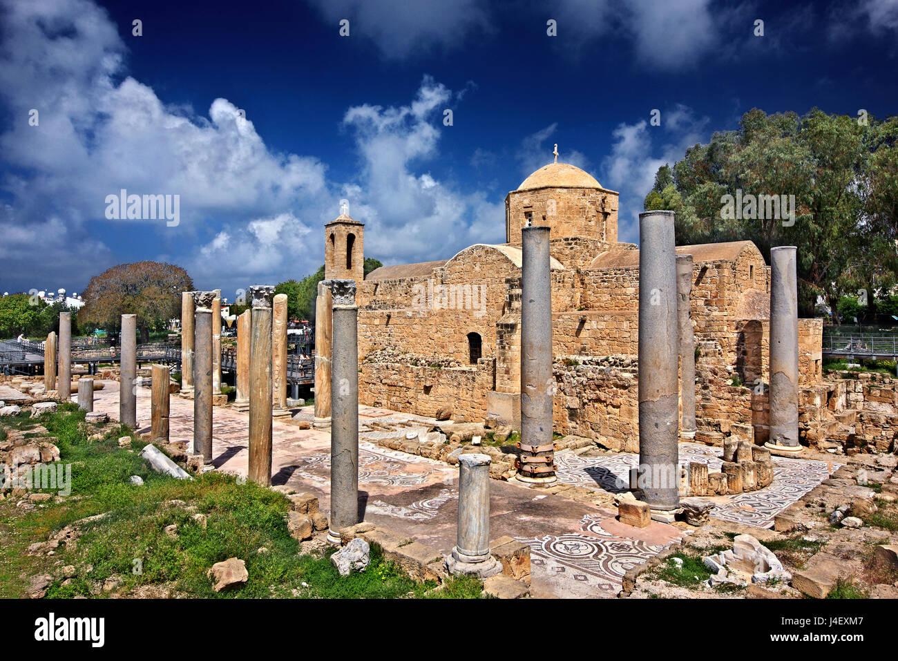 La chiesa di Agia Kyriaki ) circondata dai resti della basilica paleocristiana di Panagia Chrysopolitissa (quarta Immagini Stock