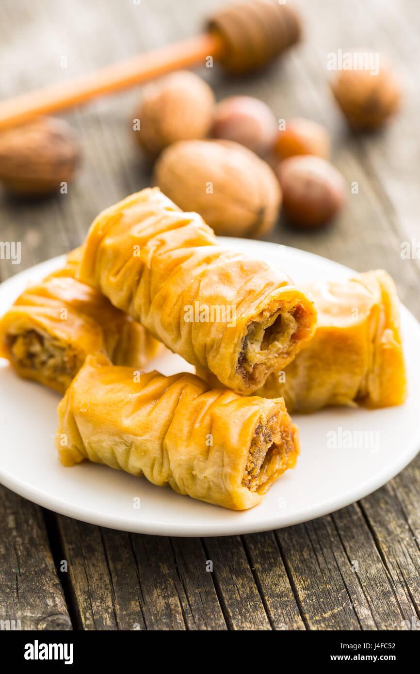 Dolce con il baklava su bianco piatto da dessert. Immagini Stock