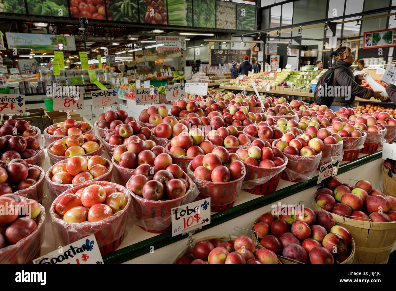 Varietà di mele al Marché Jean-Talon, un mercato in Little Italy Petite Italie, Montreal, Quebec, Canada Immagini Stock