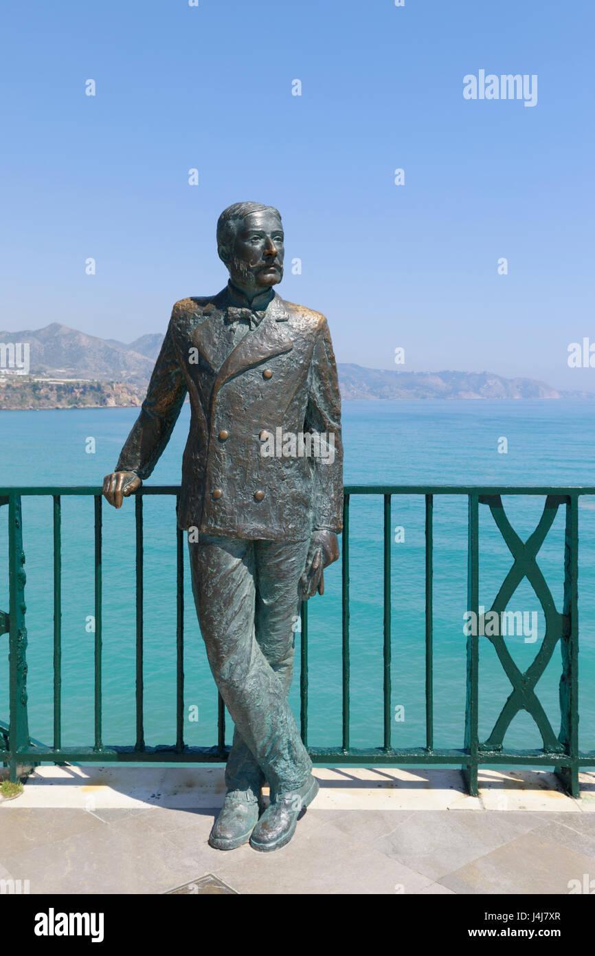 Nerja, Costa del Sol, provincia di Malaga, Andalusia, Spagna meridionale. Statua di re Alfonso XII sul Balcón Immagini Stock