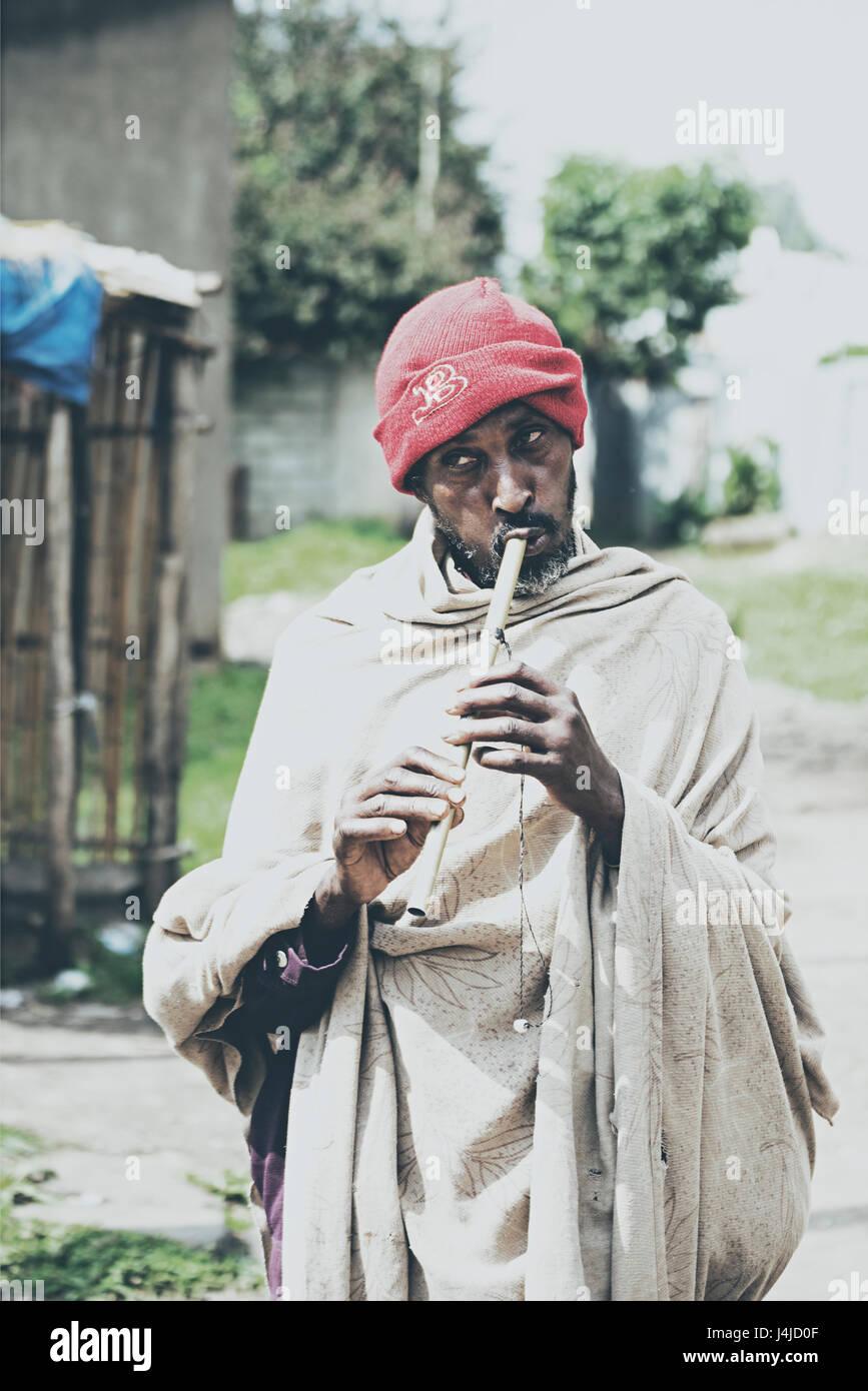 Poveri etiope flauto giocatore giocare flauto sulle strade di Addis Abeba in Etiopia per guadagnare sostentamento Immagini Stock