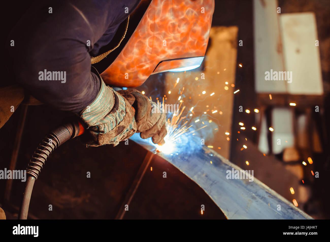 Saldatura metalli con la formazione di scintille e di fumo Immagini Stock