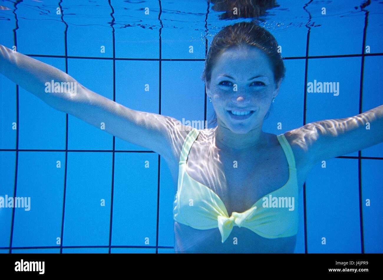 20c32ea233 Piscina, registrazione subacquea, donna, felicemente, ritratto sotto l'acqua,  piscina, piscina, piscina, giovani, vacanze, tempo libero, lifestyle,  costumi ...