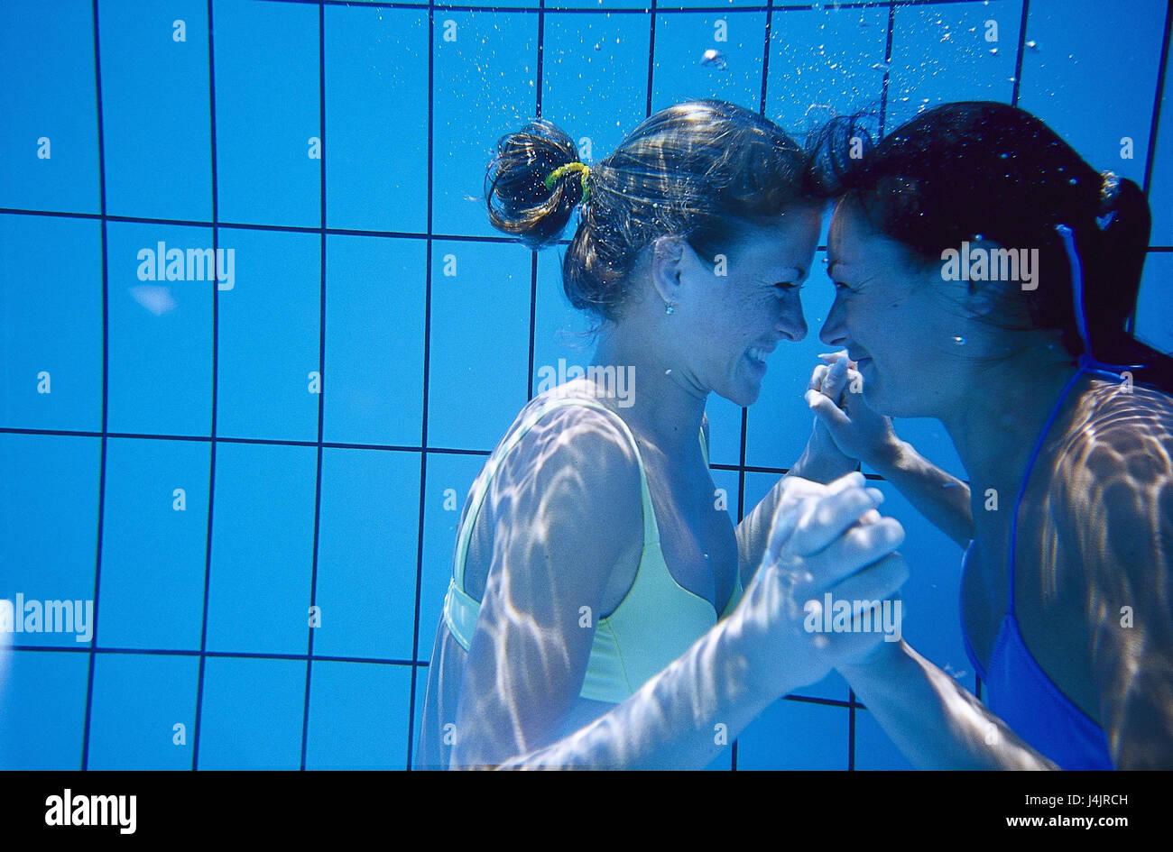 faa6f754a6 Piscina, registrazione subacquea, donne felicemente, contatto visivo, del  battistrada sotto L'acqua, piscina, piscina, piscina, giovani, vacanze, ...
