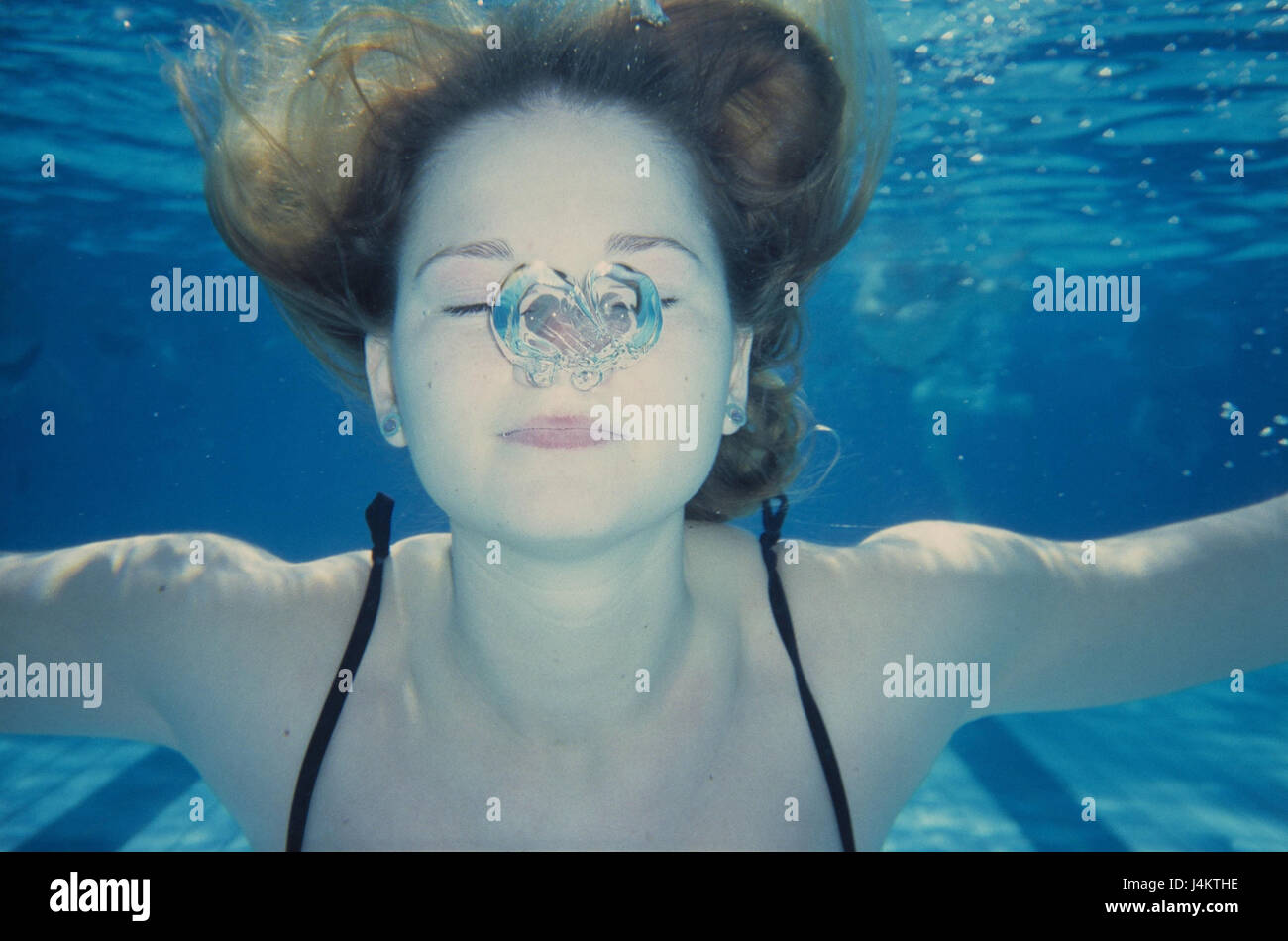 d67f71387a Piscina, registrazione subacquea, donna, giovane, pelle-immersione, bolle  d'aria sotto l'acqua, il costume da bagno, nuotare, nuotatore, sport, nuoto,  ...