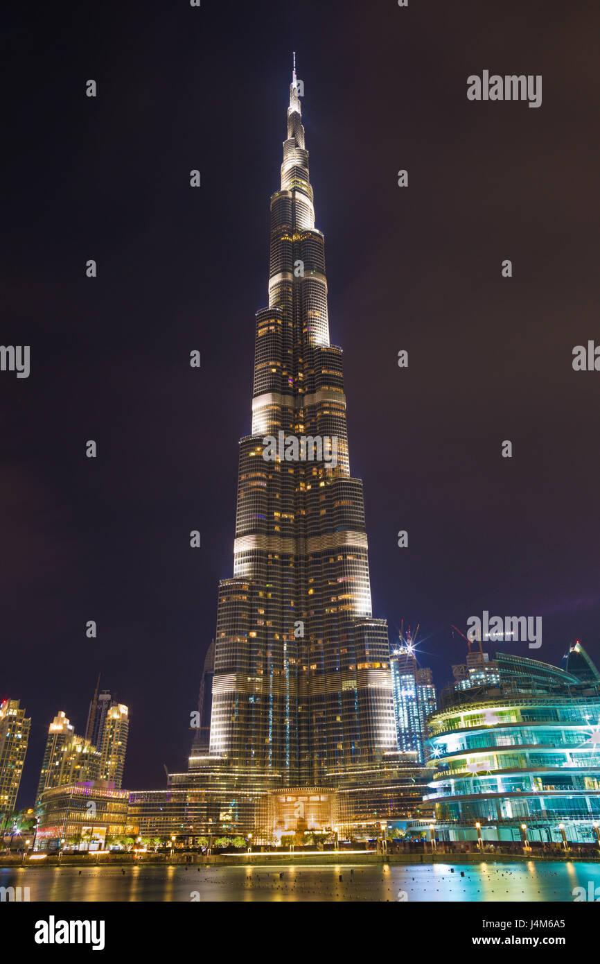 DUBAI, Emirati Arabi Uniti - 24 Marzo 2017: Il notturno Burj Khalifa e la fontana. Immagini Stock